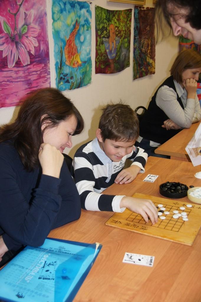 Участники играют в го