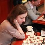 С кружкой кофе играть в шахматы приятнее.)