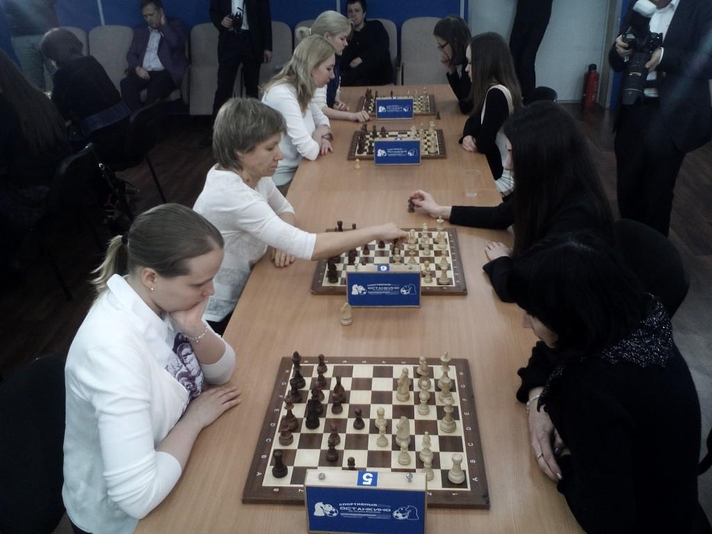 Шахматный матч блондинки против брюнеток
