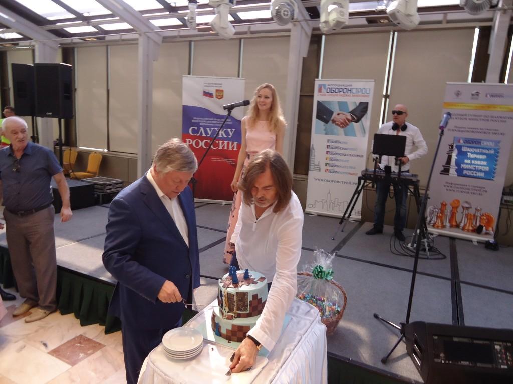 Анатолий Карпов и Никас Сафронов режут торт