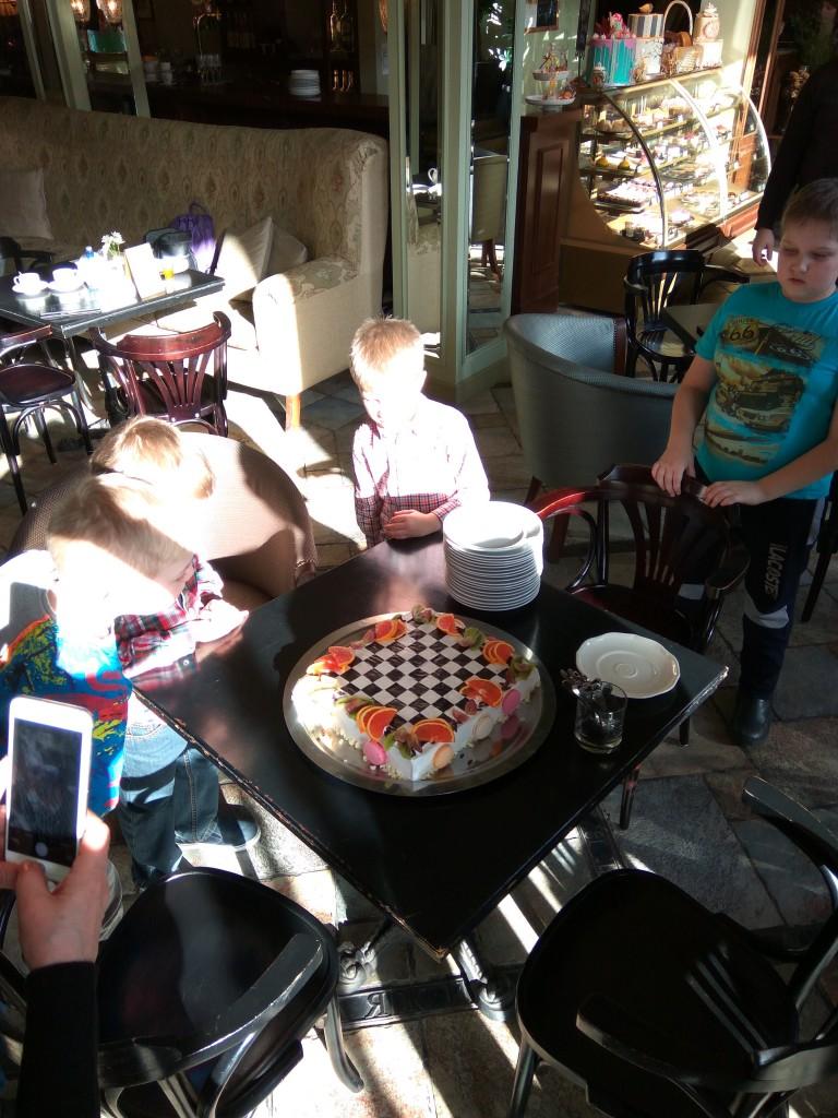 Торт на всех. День был очень солнечный.)